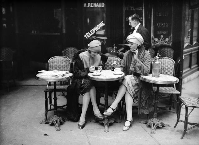 De tous temps, les Hommes ont glandé aux terrasses des cafés.